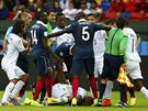 V prvním poločase zápasu se strhla velká strkanice mezi hráči poté, co Francouz...