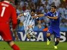 Argentinec Lionel Messi (s míčem) se snaží přes Seada Kolašinace dostat do...