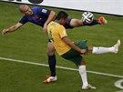 TO MŮŽE BOLET. Nizozemec Ron Vlaar se snaží u rohového praporku odkopnout míč...