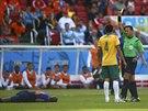 BUDE CHYBĚT. Tim Cahill po faulu na Bruna Martinse Indiho viděl druhou žlutou...