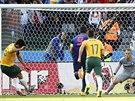 NEČEKANÉ VEDENÍ. Australan Mile Jedinak (zcela vlevo) proměnil penaltu a poslal...