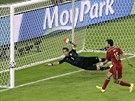TĚSNĚ VEDLE. Velkou šanci v utkání s Chile spálil Španěl Sergio Busquets,...