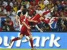 PŘES HLAVU. Španěl Diego Costa se snažil v utkání proti Chile zakončit i...