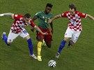 DO KLEŠTÍ. Chorvaté Ivica Olič a Ivan Rakitič se snaží uzavřít cestu k míči...
