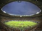 ZA��N�ME. Chorvat� a Kamerunci stoj� na plo�e stadionu v Manausu, m�st�...