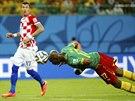 FOTBALOVÁ AKROBACIE. Kamerunec Stephane Mbia se snaží pod dohledem Chorvata...