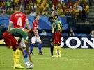 A VEN! Portugalsk� sud� Pedro Proenca vylou�il u� v prvn�m polo�ase Kamerunce...