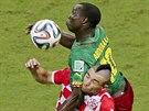 TVRDÝ SOUBOJ. Kamerunec Vincent Aboubakar se snaží udržet míč před Chorvatem...