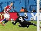 CHYBA BRANKÁŘE. Druhý chorvatský gól přidal Ivan Perišič po špatném výkopu...