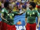 POPRALI SE. Kamerunci Benjamin Moukandjo (vlevo) a Benoit Assou-Ekotto (vpravo)...