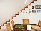 Schody na galerii jsou z modřínového dřeva stejně jako většina podlah v domě.