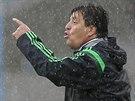 Mexický trenér Miguel Herrera diriguje hru svého týmu v utkání s Kamerunem.
