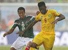 Giovani dos Santos (vlevo) z Mexika a Alex Song z Kamerunu bojují o míč.
