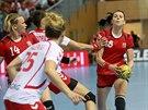 Iveta Luzumová u míče v utkání proti Polsku, Petra Vítková číhá na přihrávku.
