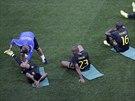 STREČINK. Fotbalisté Brazílie se protahují po středečním tréninku v Sao Paulu.
