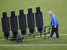 PŘIVEZTE ZEĎ. Trenér Luiz Felipe Scolari přiváží zeď, přes kterou budou jeho...