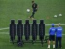JDE MU TO. Trenérský štáb sleduje, jak brazilská hvězda Neymar kope standardní...