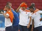 FUŠKA. Arjen Robben si utírá ručníkem čelo po tréninku Nizozemců před zápasem...