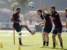 NOHA DRŽÍ. Anglický fotbalista Alex Oxlade-Chamberlain trénuje s obvázanou...
