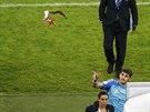 UŽ JE NEPOTŘEBUJU. Španělský brankář Iker Casillas vyhazuje po prohraném utkání...