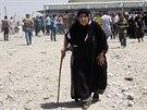 Lidé prchají z iráckého města Mosul, které dobyli islamisté (10. června 2014).