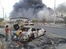 Ohořelá auta v iráckém Mosulu, kterého se zmocnili radikální islamisté (Irák, 10. června 2014).
