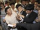 Příbuzní lidí, kteří zahynuli při potopení trajektu Sewol, zápasí u ostrahou...