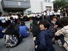 Příbuzní lidí, kteří zahynuli při potopení trajektu Sewol, čekají před soudní...