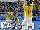 TŘETÍ GÓL V NASTAVENÍ. Kolumbijští fotbalisté se radují z gólu Jamese