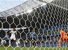 FAVORIT ZÁPASU PROHRÁVÁ. Uruguayský gólman Muslera dostává gól od Kostaričana