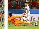 GÓL NA 3:1. Kostarický náhradník Ureňa překonává uruguayského brankáře Musleru.
