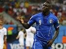 TAK CO VY NA TO? Italsk� �to�n�k Mario Balotelli po sv�m g�lu proti Anglii.