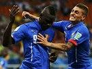 JSI PAŠÁK! Ital Verratti gratuluje ke gólu Mariovi Balotellimu (vlevo).
