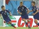OSLAVA V DEŠTI. Japonští fotbalisté se radují z gólu Keisukeho Hondy (druhý