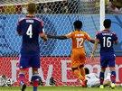 GÓL! Wilfried Bony z Pobřeží slonoviny skóruje proti Japonsku.