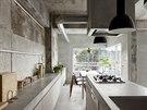 Pohled ze dve�� koupelny p�es kuchy�sk� kout na ji�n� orientovanou terasu bytu....