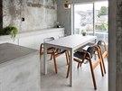 Byt je laděný v neutrálních barvách bílé, šedé a černé. Holý beton stěn...