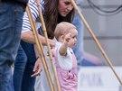 Princ George už chodí. S maminkou Kate se přijeli podívat, jak hraje pólo jeho...