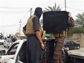 Bojovníci ISIL v Mosulu (13. �ervna 2014)