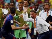 Robin van Persie se raduje z vyrovnávacího gólu na 1:1 v duelu se Španělskem...