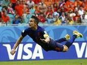 Nizozemský útočník Robin van Persie právě geniální hlavičkou vyrovnává v utkání...
