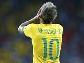 Brazilská hvězda Neymar se chytá za hlavu. Mexický brankář Guillermo Ochoa mu...
