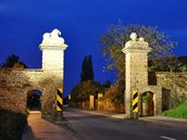 Před nehodou: pískovcová brána v Nahořanech na Náchodsku pochází z roku 1885.