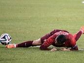 Cristiano Ronaldo v přípravném utkání proti Irsku poté, co při pokusu o kličku...