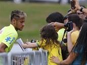 Brazilský útočník  Neymar se po tréninku v Teresopolisu podepisuje fanouškům.
