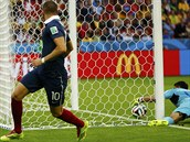 Hondurask� brank�� Noel Valladares vytahuje m�� z br�ny po st�ele francouzsk�ho...