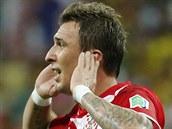 Chorvatský útočník Mario Mandžukič slaví jeden ze svých gólů proti Kamerunu.