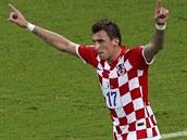 Chorvatský útočník Mario Mandžukič slaví druhý gól proti Kamerunu.