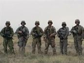 Fotografie ze zkoušek nových maskovacích vzorů pro americkou armádu: zleva AOR...