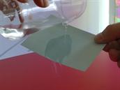 Kapalinou politý papír rychle uschne a nemění se jeho fyzické vlastnosti.
